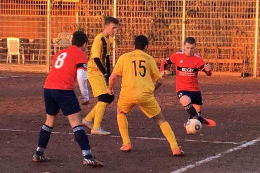 TuS B-Jugend im Spiel beim FC Alanya. - Fotos: lua.