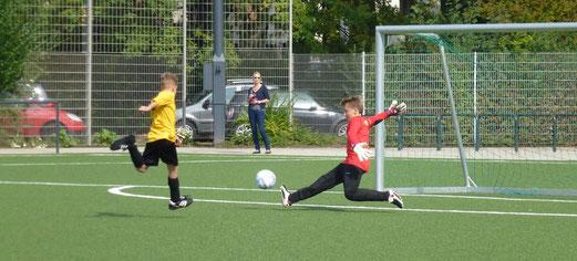 Heimsieg: Hier das 3:0 für die TuS D1-Jugend im Spiel gegen den FC Karnap. - Foto: mal.