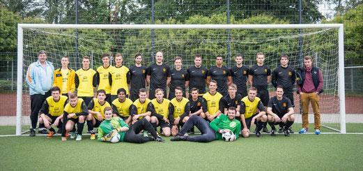 """Verabschiedung der A-Jugendspieler in die Senioren: """"Alte"""" A-Jugend und TuS 2. Mannschaft. - (Foto: r.f.)"""