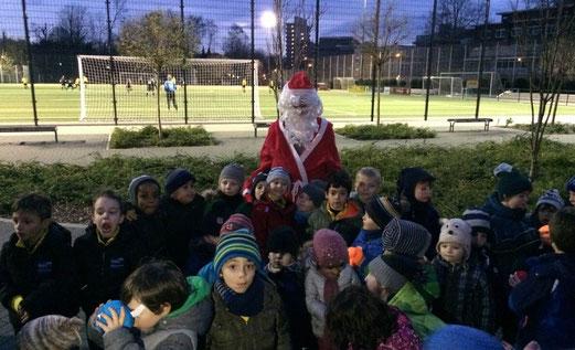 Nikolausfeier der TuS Bambini Teams an der Pelmanstraße. - Fotos: meloh, tisa.