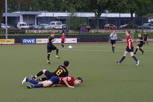 TuS A-Jugend im Spiel bei SC Werden-Heidhausen. - Fotos: nal (1), abo (2-5).