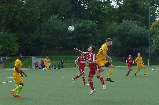 TuS Erste Mannschaft im Spiel gegen TuS Essen-West 81. - Fotos: mal.