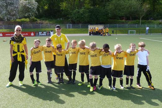 TuS F3-Jugend in und nach dem Spiel gegen die F5 der SG Schönebeck. - Fotos: mal.