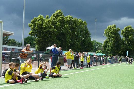 TuS E2-Jugend beim Thito-Sports Cup am Krausen Bäumchen in Erwartung der Abenddämmerung. - Fotos: mal.