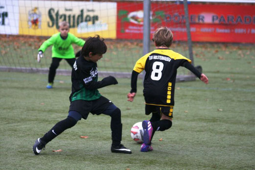 TuS F2-Jugend im Auswärtsspiel bei der F3 von Adler Union Frintrop. - Fotos: mage.