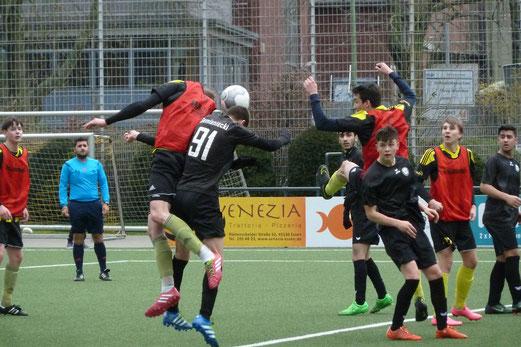 TuS A-Jugend im Spiel gegen ESC Preußen 02. - Fotos: abo (1-2), mal (3-7).