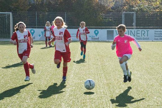 TuS U13 Juniorinnen gegen SC Werden-Heidhausen. - Fotos: r.f. (2,3,5), meloh (1), mal (4).