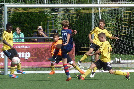 TuS E1-Jugend im Spiel gegen den Heisinger SV. - Fotos: mal.