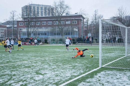 Tor zum 1:0 nach 24 Minuten: TuS B1-Jugend im Spiel gegen VfL Rhede. - Foto: r.f.