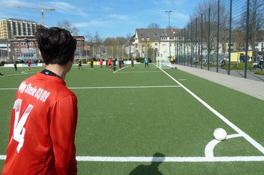 TuS C2-Jugend im Spiel gegen die C2 der SpVgg. Steele 03/09. - Fotos: mal.