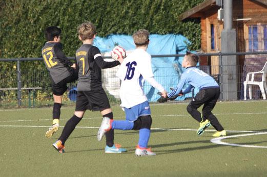 TuS D1-Jugend im Spiel beim SV Burgaltendorf. - Fotos: pad.