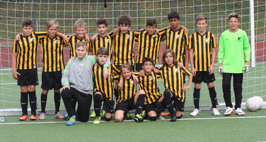TuS D1-Jugend zusammen mit fünf Spielern der D2 im Testspiel am Krausen Bäumchen. - Fotos: pad.