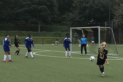 TuS U15-Juniorinnen im Spiel gegen den FC Saloniki. - Fotos: cbra.