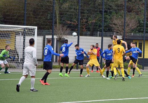 TuS Erste Mannschaft im Spiel gegen die U23 der SSVg. 02 Velbert. - Fotos: ings (1), mal (2,3).