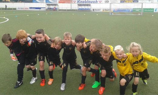 TuS F3-Jugend nach Spielschluss an der Keplerstraße. - Foto: kiba.