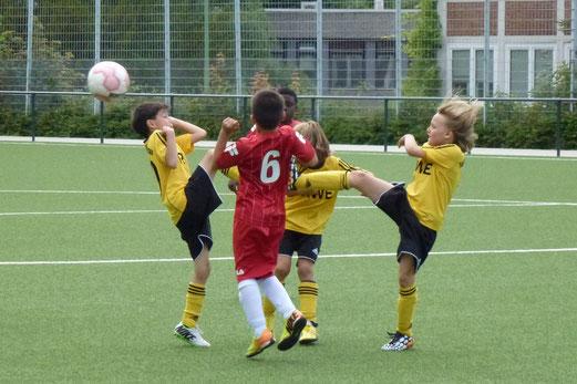 TuS F1-Jugend im Freundschaftsspiel gegen den VfB Frohnhausen. - (Foto: mal).