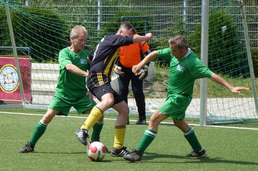 Strafraumduell: TuS Alte Herren 1 im Spiel gegen den Rüttenscheider SC, Endstand 2:1. - (Foto: mal).