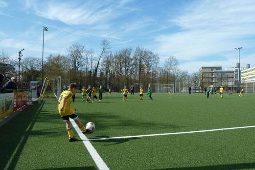 TuS E2-Jugend im Spiel gegen die E4 von Adler Union Frintrop. - Fotos: mal.