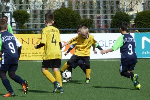 TuS E1-Jugend im Spiel gegen den FC Kray. - Fotos: mal.
