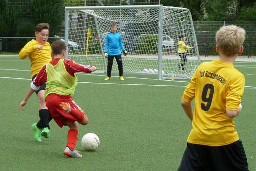 TuS D3-Jugend im Spiel gegen TuSEM D2, Fotos: mal, Bambini 1 gegen Haarzopf (unten), Fotos: tisa.