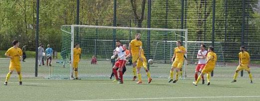 TuS Erste Mannschaft im Spiel bei der SpVgg. Steele 03/09. - Fotos: a.s.