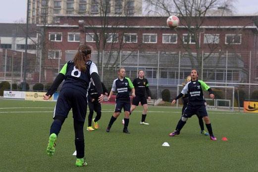 TuS U13 Juniorinnen im Spiel gegen den FC Kray. - Fotos: a.s.