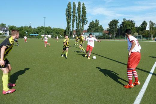 TuS A-Jugend im Auswärtsspiel an der Karnaper Lohwiese. - Fotos: mal.