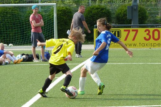 TuS U13 Mädchen im Spiel gegen Blau-Weiß Mintard. - Fotos: mal.