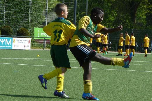 TuS E2-Jugend im Spiel gegen die E2 des FC Karnap. - Fotos: mal.