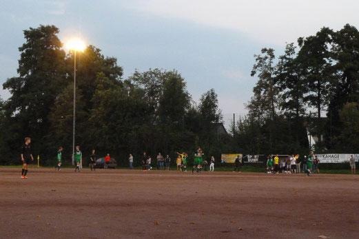 Erste Mannschaft im Donnerstagabendspiel am Föhrenweg in Haarzopf. - Fotos: mal.