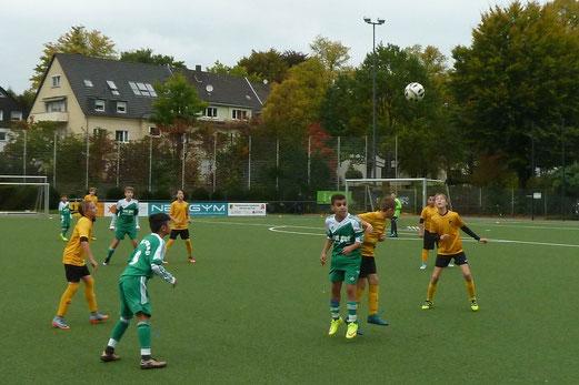 TuS D-Jugend im Spiel gegen den FC Karnap. - Fotos: mal.