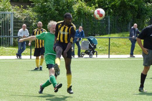 TuS Alte Herren 1 im Spiel gegen den Rüttenscheider SC, Endstand 2:1. - (Foto: mal).