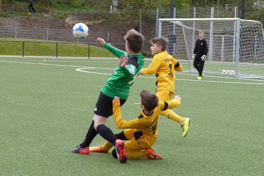 TuS D2-Jugend im Heimspiel gegen die D3 von Adler Union Frintrop. - Fotos: mal.