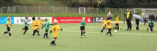 TuS Bambini 1 im Spiel gegen Adler Union Frintrop. - Fotos: anka.