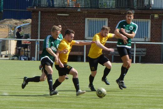TuS Zweite Mannschaft im Spiel bei Adler Union Frintrop III. - Fotos: mal.