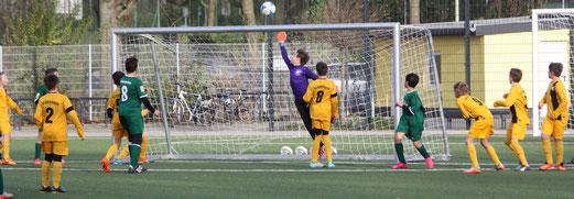 TuS D2-Jugend im Heimspiel gegen die D4 von Adler Union Frintrop. - Fotos: p.d.