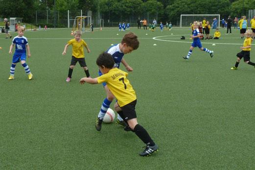 TuS Bambini 1 im Spiel gegen SG Kupferdreh-Byfang; Mannschaft+Trainer SuS Haarzopf. - Fotos: mal.