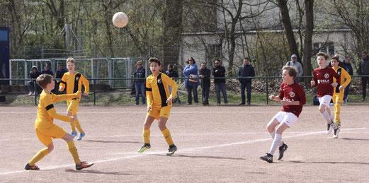 TuS D1-Jugend im Spiel bei Fortuna Bredeney. - Fotos: pad.