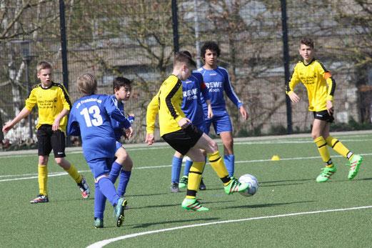 TuS D1 im Spiel gegen VfB Frohnhausen. Fotos: mal. / U13 Mädchen gegen Niederbonsfeld (unten).  Fotos: meloh.