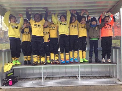 Fröhliche Gewinner: F2-Jugend nach ihrem Heimsieg gegen Schonnebeck. - Foto: b.b.