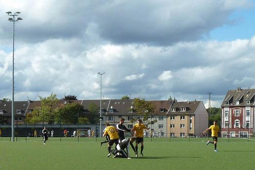 TuS Zweite Mannschaft im Spiel bei TuS Helene. - Fotos: mal.