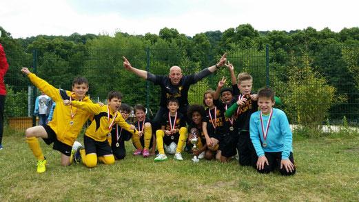 Zweiter Platz beim E2-Turnier im Löwental und Abschied von Jamal: TuS E2-Jugend. - Fotos: m.d.