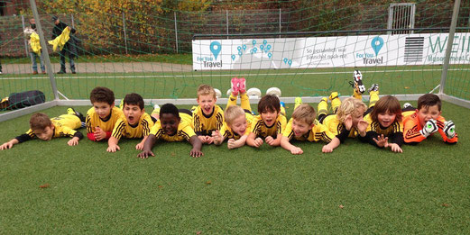 Freude der F2-Jugend nach dem Spiel gegen Adler Union Frintrop F4. - Foto: b.b.