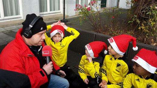 TuS F3-Jugend im Interview durch Radio Essen auf dem Weihnachtsmarkt der Margarethenhöhe. - Foto: r.f.