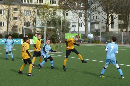TuS D2-Jugend im Heimspiel gegen die D2 der SG Schönebeck. - Fotos: mal (1-4,8), pad (2-3).