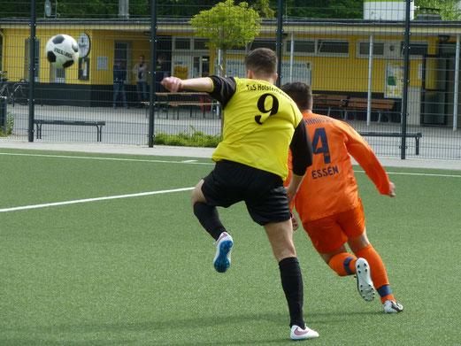 TuS A-Jugend im Spiel gegen VfB Frohnhausen. - Fotos: mal.