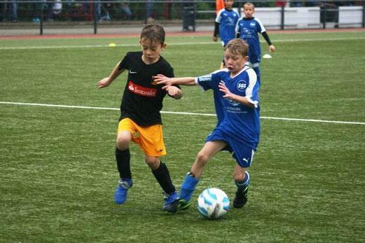 TuS E3-Jugend im Spiel bei der E6 der SG Schönebeck. - Fotos: mage.