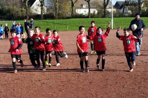 TuS F4-Jugend nach Spielschuss beim Auswärtsspiel bei der F6 von Adler Union Frintrop. - Foto: m.d.