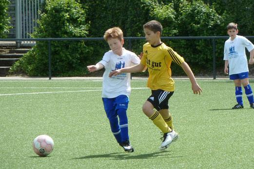 TuS E2-Jugend gegen die E5 des FC Stoppenberg. - Fotos: mal.
