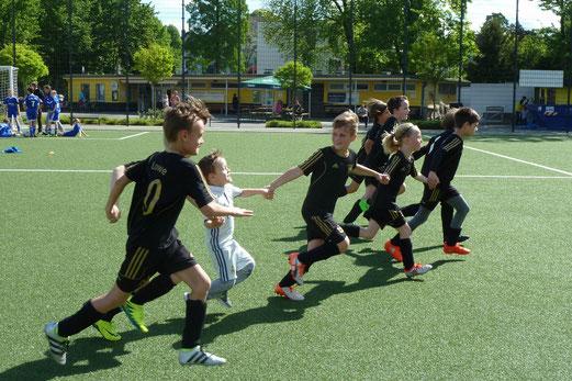 TuS F1-Jugend in und nach dem Spiel gegen die F2 der SG Schönebeck. - Fotos: mal.